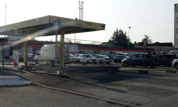 Les travaux de la station essence  du centre commercial rue des allobroges